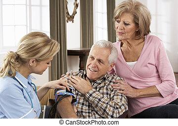 hemvårdare, tagande, senior, mannens, blodtryck