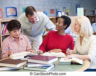 hen, zittende , op, drie, bibliotheek, terwijl, boekjes , leunt, focus), (selective, notepads, vrouwen, man