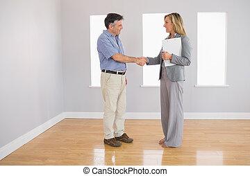 henne, hand, fastighetsmäklare, köpare, skakande, allvarlig