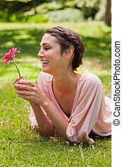henne, medan, se, skratta, lögnaktig, kvinna, blomma, främre del