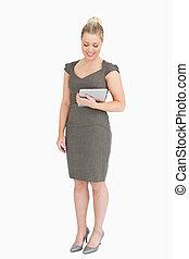 henne, stående, hand, ebook, medan, holdingen, kvinna