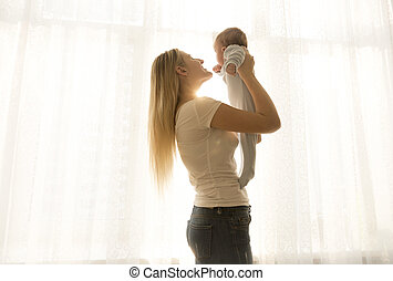 henne, ung, mot, uppe, fönster, mor, baby, stående, lyftande, lycklig
