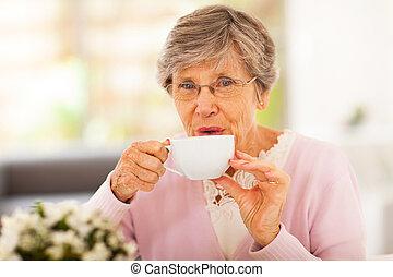 herbata, starsza kobieta, picie, dom