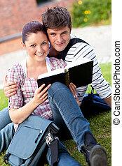 herbe, étudiants, couple, livre lecture, sourire, séance