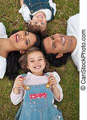 herbe, enfants, parents, leur, joyeux, mensonge