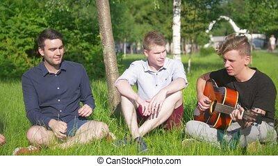 herbe, groupe, jeune, repos, guitare, avoir, heureux, amis, jouer, homme