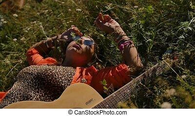 herbe, lunettes soleil, -, heureux, vacances, sourire, mensonges, femme, vacances, gens, été, nature, concept, field.