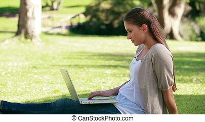 herbe, ordinateur portable, quoique, utilisation, mensonge, femme