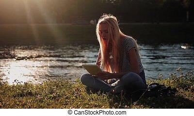 herbe, tablette, séance, jeune, pc, vert, girl, rivière
