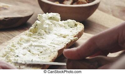 herbes, mouvement, lent, homme, diffusion, crème, baguette, fromage, sur