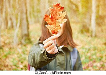 herfst, eik, vrouw, blad, vasthouden