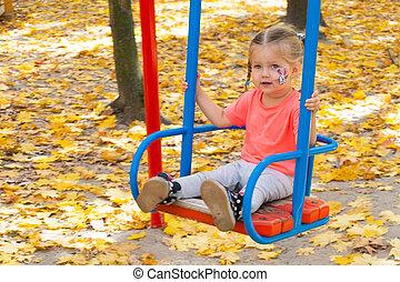 herfst, meisje, park, het slingeren, schommel