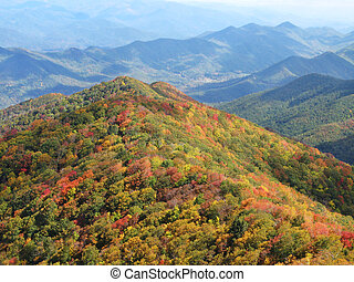 herfst, rokerige bergen