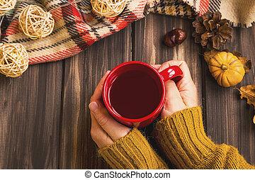 herfst, vatting, vrouw, handen, vasthouden, hete thee, kop, met, ouderwetse , herfst, deken, op, houten, achtergrond, en, pompoen, deco, gezellig, herfst, flatlay, vatting