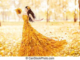herfst, vrouw, in, mode, jurkje, van, vallen ahorn loof, artistiek