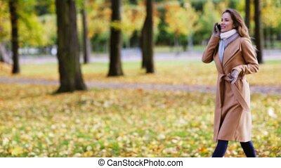 herfst, wandelende, smartphone, park, vrouw