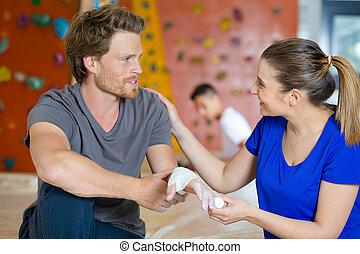 herido, sportman, vendaje, mano, mujer