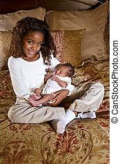 hermana grande, con, recién nacido, hermano