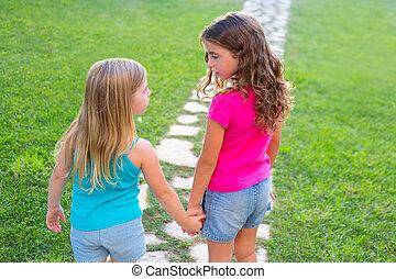 hermana, jardín, pista, niñas, juntos, pasto o césped, amigos