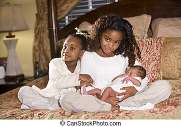 hermanas, con, recién nacido, hermano