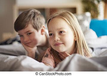 hermano pequeño, y, hermana, en cama