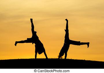 hermano y hermana, hacer, cartwheels.