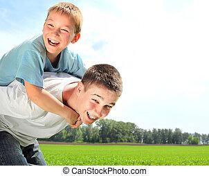 hermanos, feliz