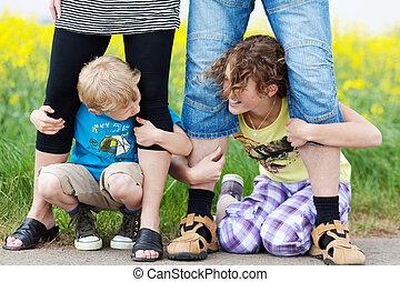 hermanos, teniendo piernas, de, padres