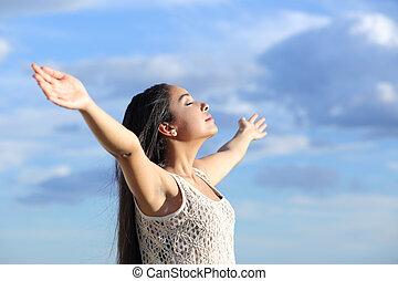 hermoso, árabe, mujer, respiración, aire fresco, con, brazos...