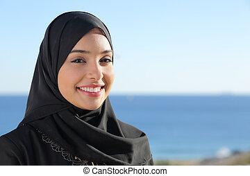 hermoso, árabe, saudí, cara mujer, posar, en la playa