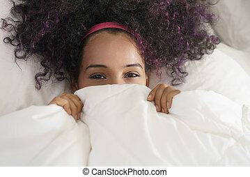 hermoso, adolescente, arriba, despertar, hispano, sonriente, clandestino, feliz