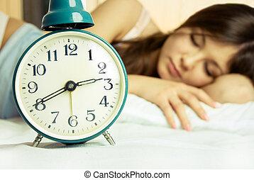 hermoso, alarma, mujer, sueño, reloj