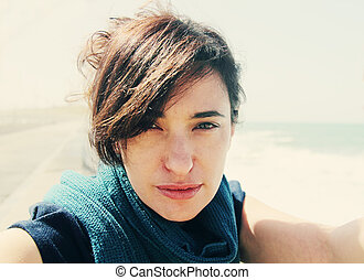 hermoso, azul, mujer, arena, mar, sonriente, playa