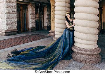 hermoso, azul, mujer, largo, lujoso, tren, vestido
