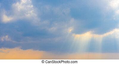 hermoso, azul, nubes, tempestuoso, sol, cielo, brillante, por, vigas, rays.
