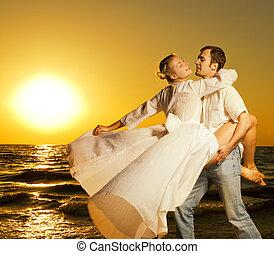 hermoso, bailando, pareja, joven, playa puesta sol