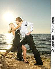 hermoso, bailando, pareja, joven, tango, playa puesta sol