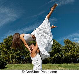 hermoso, baile, pareja, cielo, joven, abrazo, pasto o césped, encima