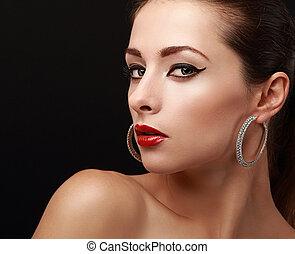 hermoso, brillante, mujer, makeup., negro, eyeliner, y, rojo, lips., primer plano