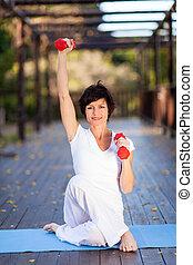 hermoso, centro envejecido, mujer, ejercicio
