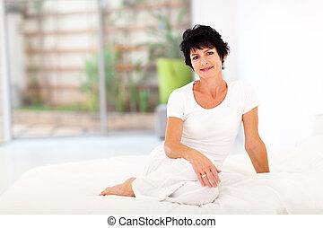 hermoso, centro envejecido, mujer se sentar, cama