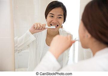 hermoso, cepillado, mujer, ella, felizmente, asiático, dientes