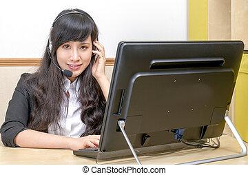 hermoso, chino, hembra, operador, en, escritorio de oficina