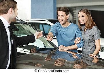 hermoso, choise., hecho, llave, dar, coche, dueños, joven, ...