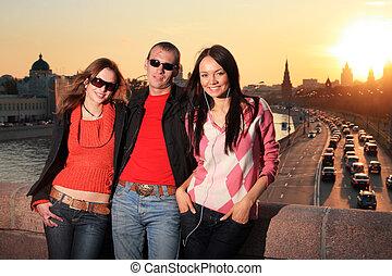 hermoso, ciudad, moscú, dos, mujeres jóvenes, russia., hombre, sunset.