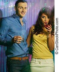 hermoso, club, pareja, joven, noche, bebidas