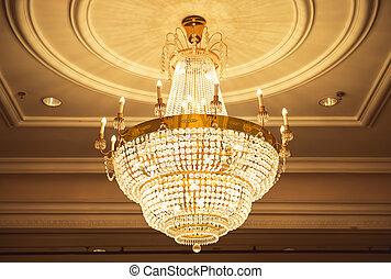 hermoso, cristal, araña de luces, habitación de pelota