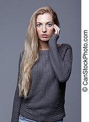hermoso, de lana, mujer, estudio, belleza, sweater., gris, maquillaje, joven, día, pelo, fondo., gris, posar, hembra, retrato, niña, rubio