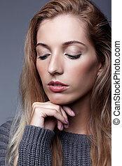 hermoso, de lana, mujer, estudio, gris, belleza, sweater., gris, maquillaje, joven, día, pelo, fondo., conmovedor, posar, hembra, retrato, niña, cara, rubio, romántico
