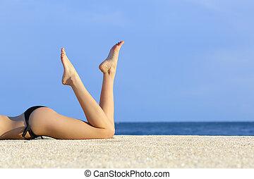 hermoso, descansar, liso, arena, modelo, piernas, playa